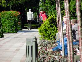 Wczasowicze na świeradowskiej promenadzie