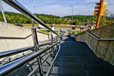 Schody łączące stację dolną z ulicą Strażacką