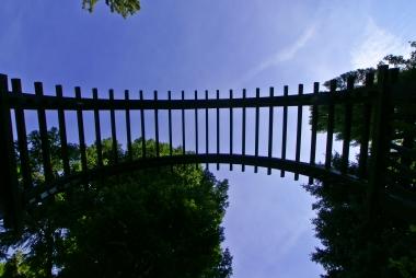 Pod drewnianym łukiem w parku