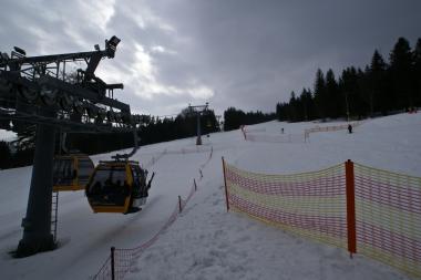 Narciarze w gondoli Ski & Sun