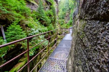 Metalowa platforma w kanionie Kamieńczyka