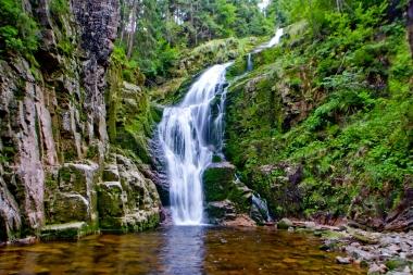 Wodospad w skalach