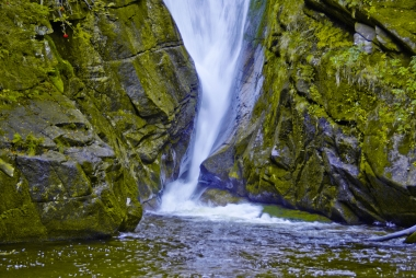 Wodospad drążący skaly