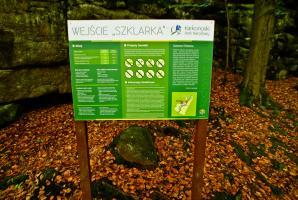 Informacja przy wejściu Szklarka