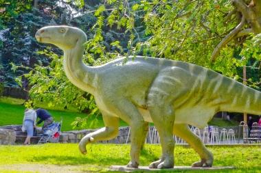 Makieta dinozaura w skwerze
