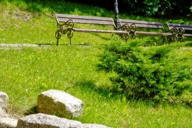 Trzy ławki w skwerze w Szklarskiej Porebie