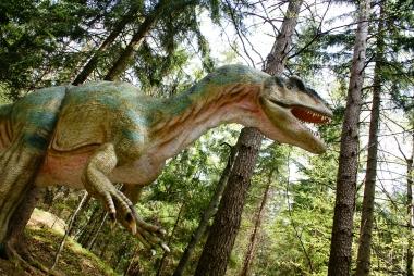 Dinozaur przyczajony wśród drzew