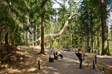 Na ścieżce spacerowej w Dinoparku