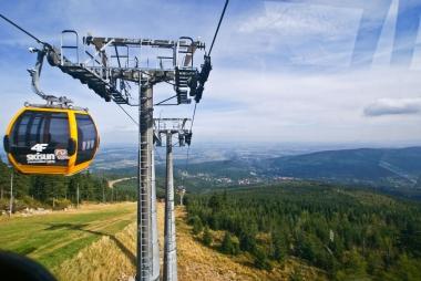 Gondola przy słupie podtrzymującym system linowy