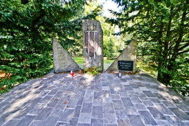 Przy pomniku w parku