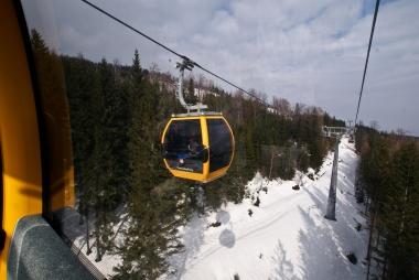 Gondola między śniegiem a niebem