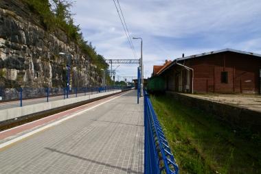 Długi peron przy ulicy Dworcowej