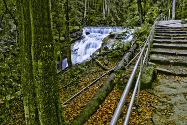 Wodospad Szklarki widziany z turystycznej ścieżki.
