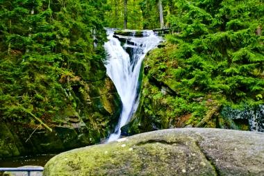 Malowniczy wodospad Szklarki