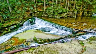 Widok potoku Szklarki nad wodospadem