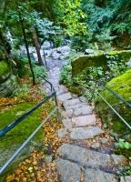 Kamienne schody w okolicy wodospadu