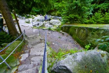 Kamienne schody na wodospad Szklarki