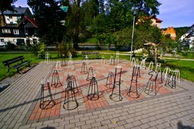 Duża szachownica z figurkami w skwerze