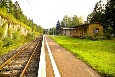 Na peronie w oczekiwaniu na pociąg do Jeleniej Góry