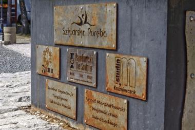 Metalowe tablice pod pomnikiem