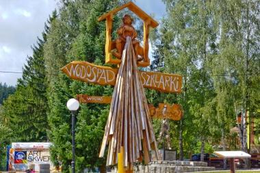 Rzeźbiony w drewnie drogowskaz