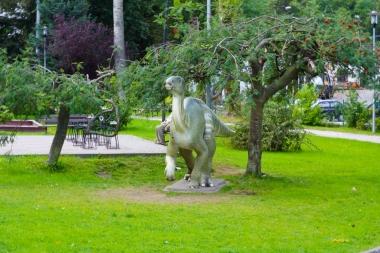 Dinozaur przy drzewie