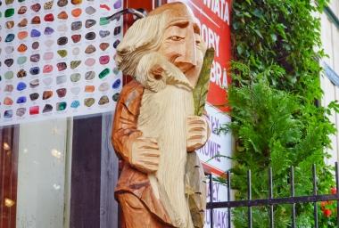 Drewniana rzeźba mędrca