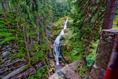Wodospad widoczny z górnego tarasu