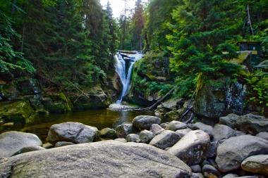 Wodospad Szklarka owinięty lasem