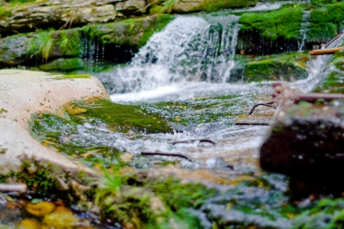 Kaskadowo spadająca woda