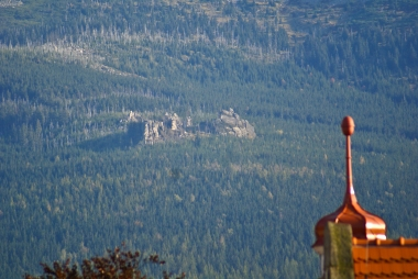 Skały wysoko w górskim lesie