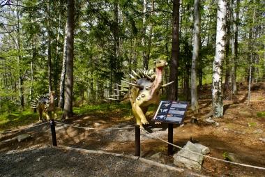 Dinozaur w leśnym parku