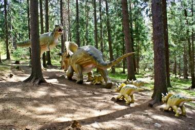 Małe dinozaury podążające za swoją mamą