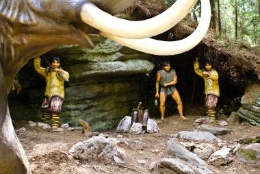 Ciosy mamuta vs dzidy i toporki