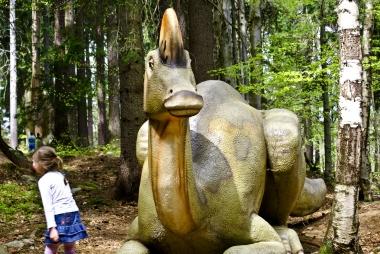 Dinozaur czuwający w lesie